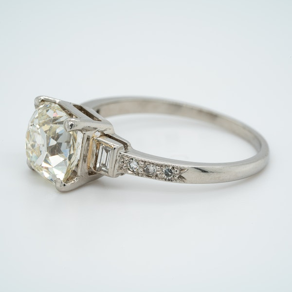 Art Deco diamond solitaire ring of 2.54 ct with diamond baguette and brilliant cut  shoulders - image 3