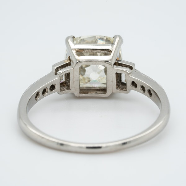 Art Deco diamond solitaire ring of 2.54 ct with diamond baguette and brilliant cut  shoulders - image 4