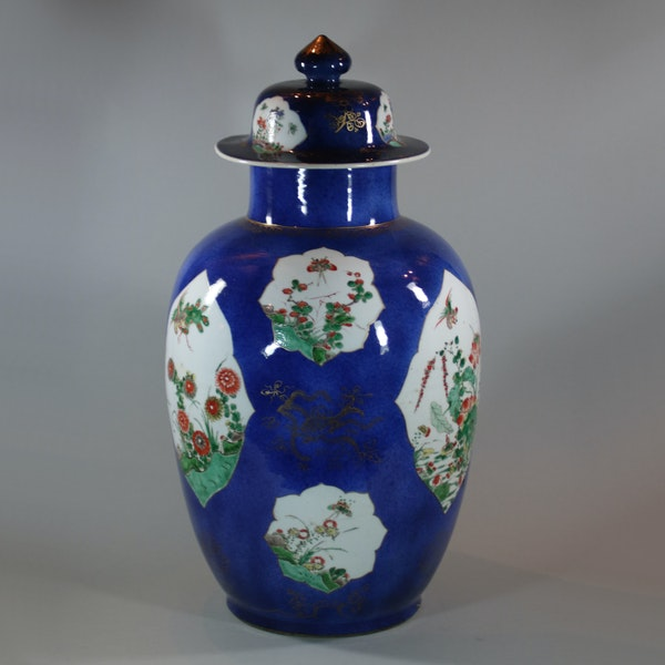 Large Chinese powder blue baluster vase and cover, Kangxi (1662-1722) - image 4