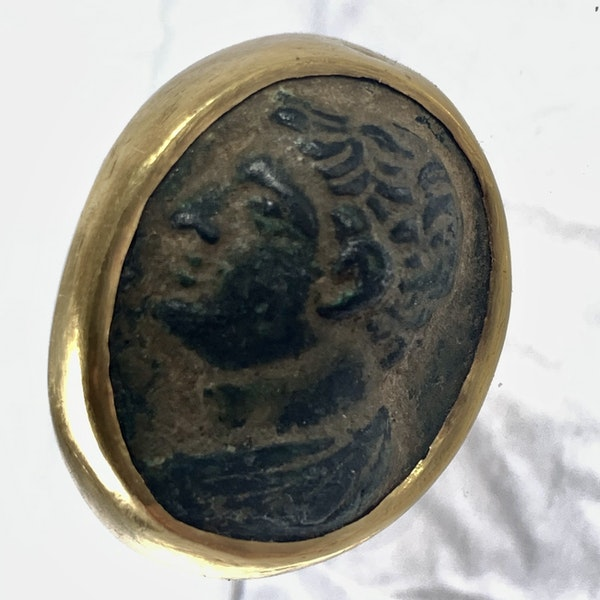 Ancient Greek bronze ring in later gold mount - image 3