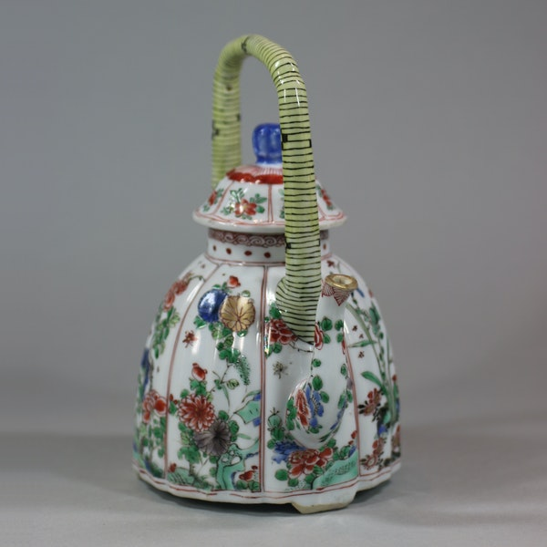 Chinese famille-verte moulded wine pot and cover, Kangxi (1662-1722) - image 7