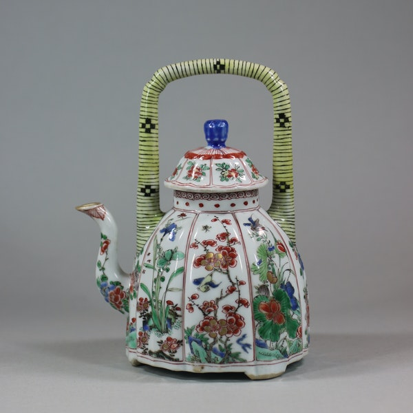 Chinese famille-verte moulded wine pot and cover, Kangxi (1662-1722) - image 2