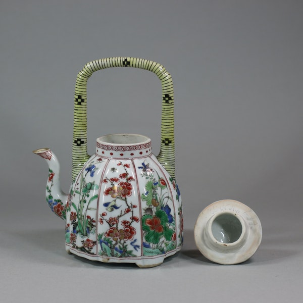 Chinese famille-verte moulded wine pot and cover, Kangxi (1662-1722) - image 3