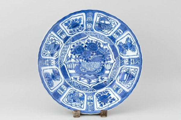 A LARGE BLUE AND WHITE KRAAK CHARGER, 1610 - 1630 - image 1