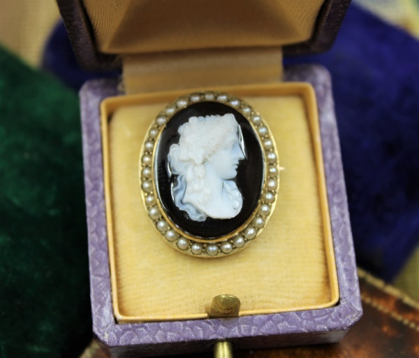 A very fine Hardstone & Natural Pearl Cameo Brooch in 15ct Yellow Gold, Circa 1870-1880. - image 1