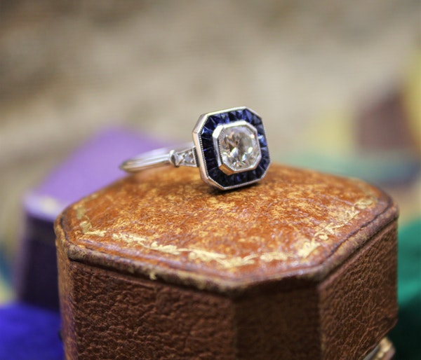 A very fine 0.85ct Diamond & Sapphire Target Ring mounted in Platinum, English, Circa 1920-1930 - image 2