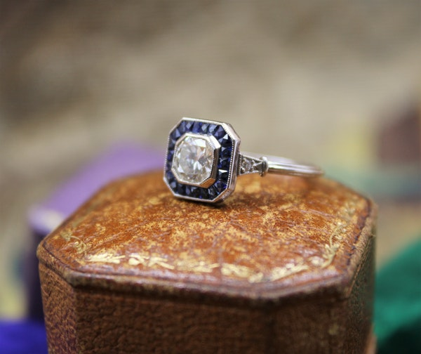 A very fine 0.85ct Diamond & Sapphire Target Ring mounted in Platinum, English, Circa 1920-1930 - image 3