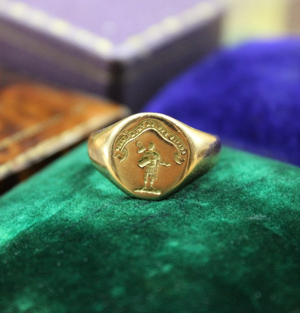 A very fine Signet Ring with Roman Centurion Intaglio Carving in 18ct Yellow Gold, English, Circa  1958 - image 1