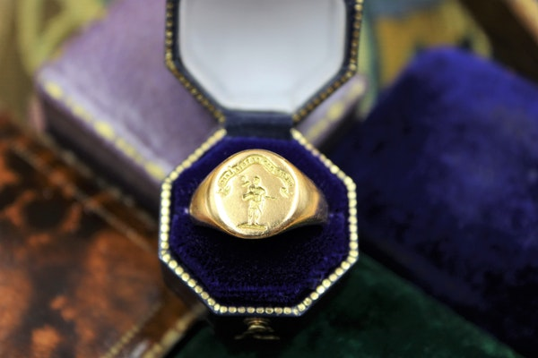 A very fine Signet Ring with Roman Centurion Intaglio Carving in 18ct Yellow Gold, English, Circa  1958 - image 2