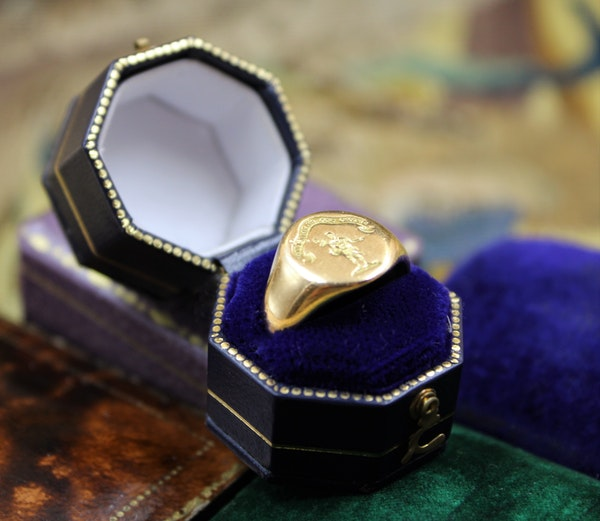 A very fine Signet Ring with Roman Centurion Intaglio Carving in 18ct Yellow Gold, English, Circa  1908 - image 3