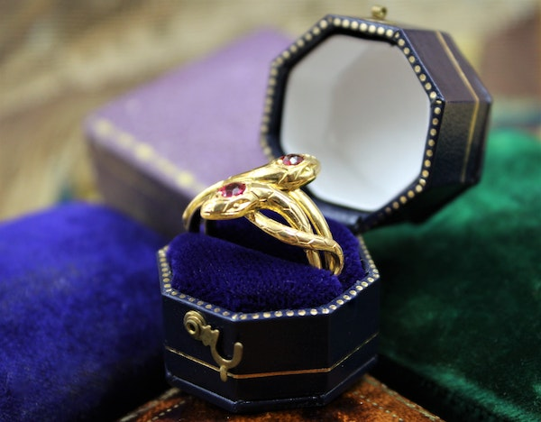 A very fine Doubled Snake Ring set in 18ct Yellow Gold, French, Circa 1890 - image 4