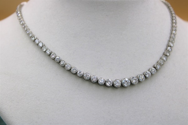A very fine Diamond Riviere Necklace mounted in Platinum, Circa 1945 - image 2
