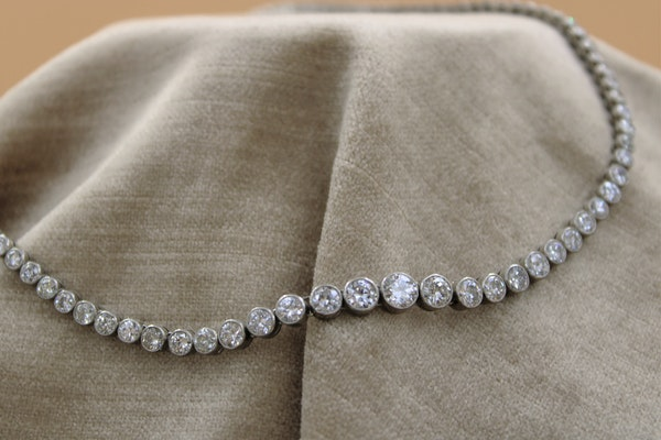 A very fine Diamond Riviere Necklace mounted in Platinum, Circa 1945 - image 3