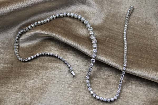 A very fine Diamond Riviere Necklace mounted in Platinum, Circa 1945 - image 4