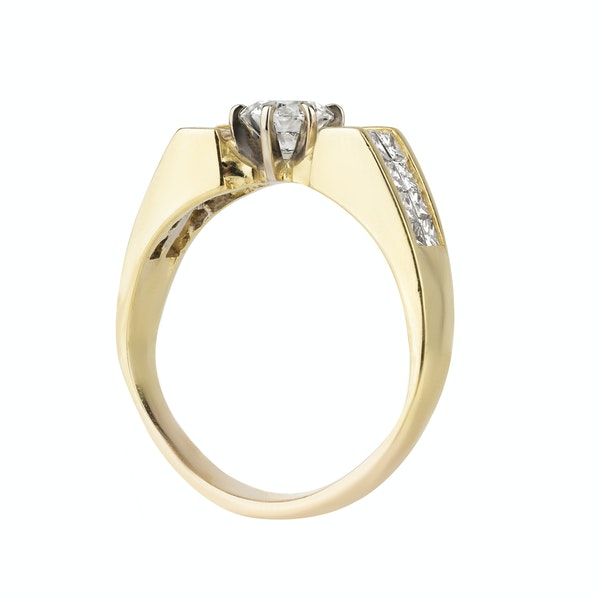 Retro diamond ring with modern brilliant cut centre and extended diamond shoulders - image 2