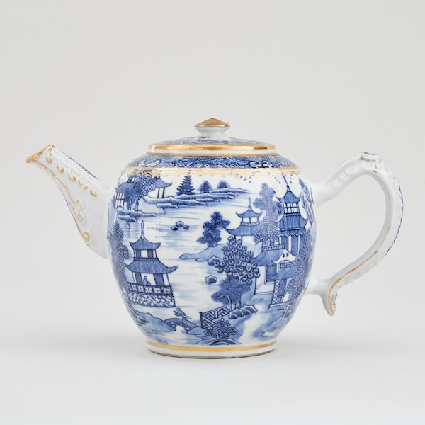 A CHINESE BLUE AND WHITE NANKIN TEAPOT AND COVER, QIANLONG (1736 – 1795) - image 1