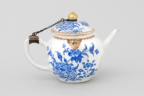 A CHINESE ARMORIAL TEAPOT AND COVER , QIANLONG 1736-1795 - image 1