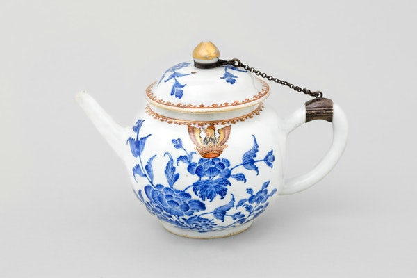 A CHINESE ARMORIAL TEAPOT AND COVER , QIANLONG 1736-1795 - image 2