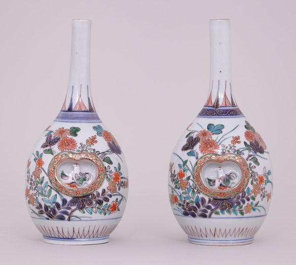 A PAIR OF FINE JAPANESE IMARI BOTTLE VASES, LATE 17TH – EARLY 18TH CENTURY - image 1