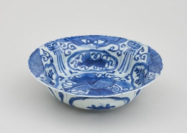 A CHINESE BLUE AND WHITE KRAAK KLAPMUTSEN, 1ST HALF OF 17TH CENTURY - image 1