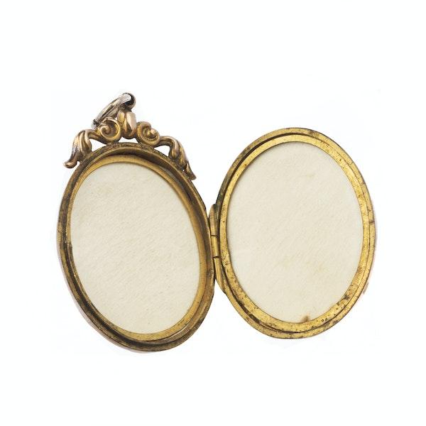 Large oval bird design stoned 9ct gold Victorian locket - image 2