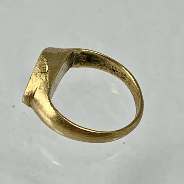 Late Roman gold ring with engraved stag - image 2