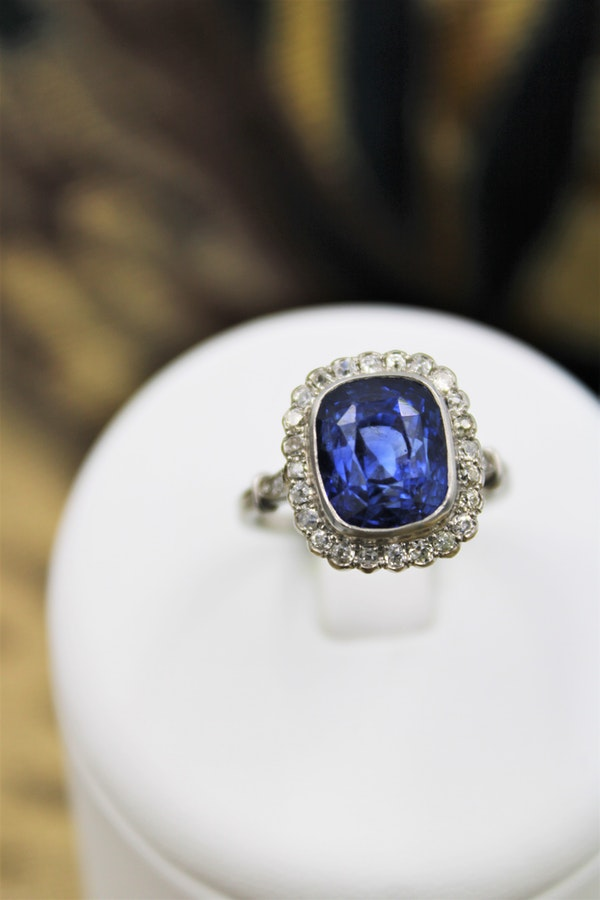 An exquisite 8.10ct Natural Untreated Ceylon Sapphire and Diamond Cluster Ring mounted in Platinum, English, Circa 1925 - image 3
