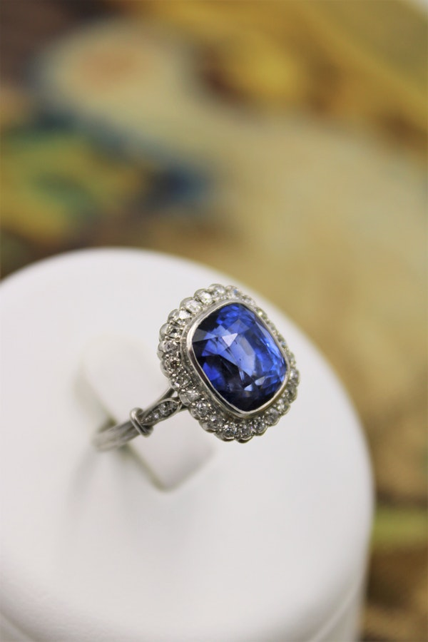 An exquisite 8.10ct Natural Untreated Ceylon Sapphire and Diamond Cluster Ring mounted in Platinum, English, Circa 1925 - image 2