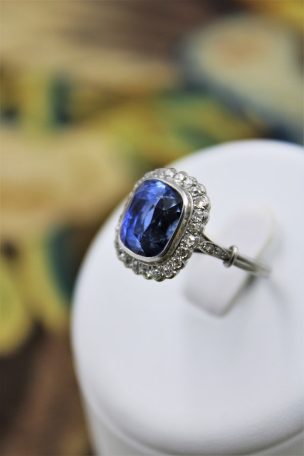 An exquisite 8.10ct Natural Untreated Ceylon Sapphire and Diamond Cluster Ring mounted in Platinum, English, Circa 1925 - image 1