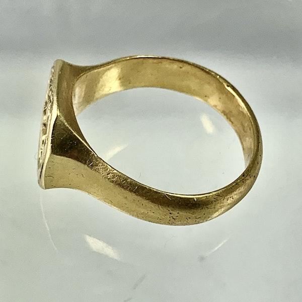 Seventeenth century engraved gold ring - image 2