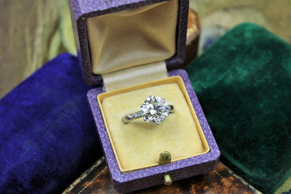 A 3.66 Carats Diamond Solitaire Ring mounted in Platinum, Circa 1950 - image 3