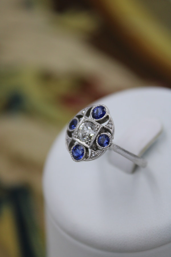"A very fine ""Art Deco"" Platinum (tested) Sapphire & Diamond ""Quatrefoil"" Cluster Ring. Circa 1930 - image 2"