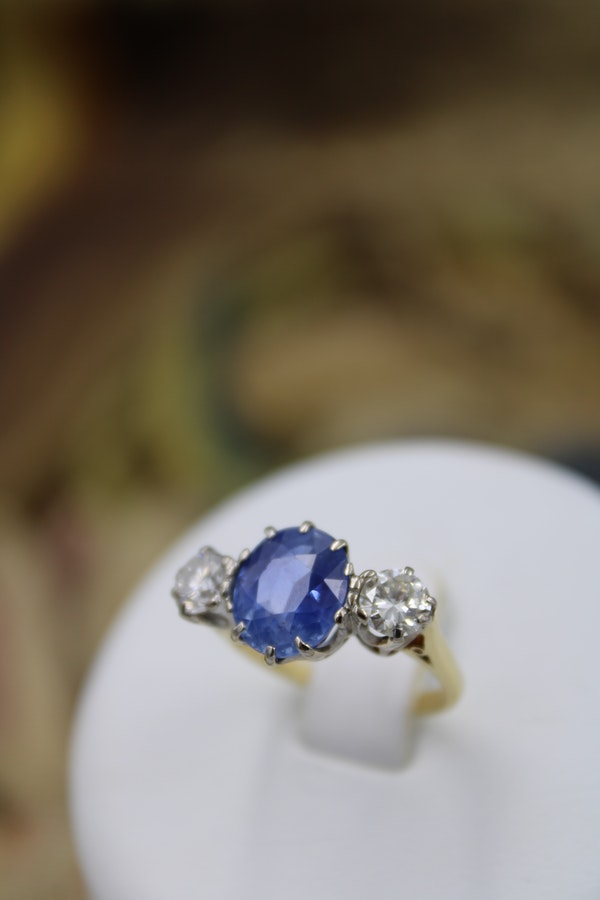 A fine Sapphire & Diamond Three Stone Ring mounted in 18 Carat Yellow Gold & Platinum, Circa 1960 - image 2