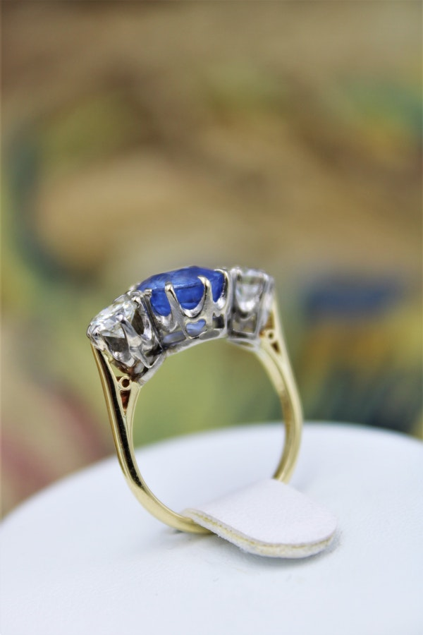 A fine Sapphire & Diamond Three Stone Ring mounted in 18 Carat Yellow Gold & Platinum, Circa 1960 - image 3