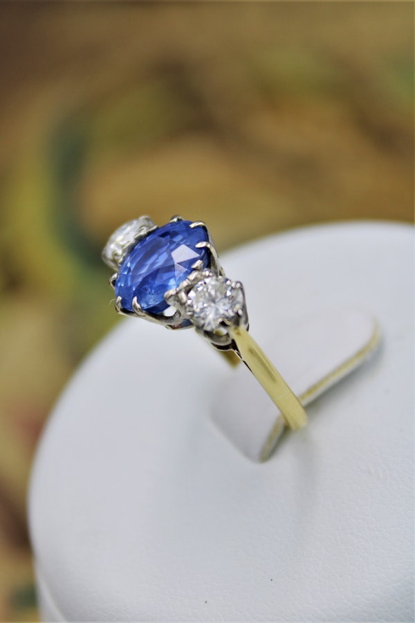 A fine Sapphire & Diamond Three Stone Ring mounted in 18 Carat Yellow Gold & Platinum, Circa 1960 - image 4
