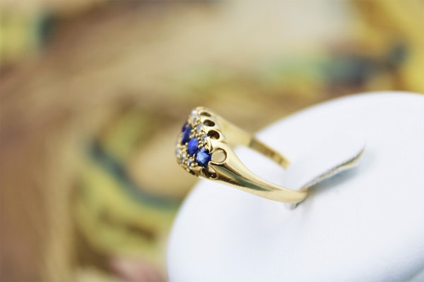 A fine Sapphire and Diamond Five Stone Ring mounted in 18ct Yellow Gold, English, Circa 1890 - image 2
