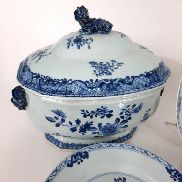Two Chinese Tureens and a set of 12 plates - image 4