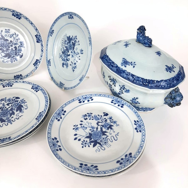 Two Chinese Tureens and a set of 12 plates - image 2