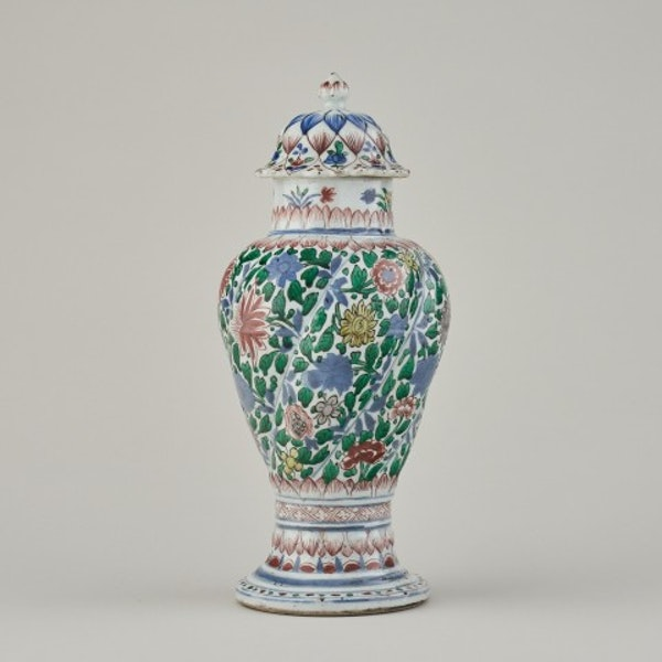 A CHINESE FAMILLE VERTE VASE AND COVER, 1662-1722 - image 1