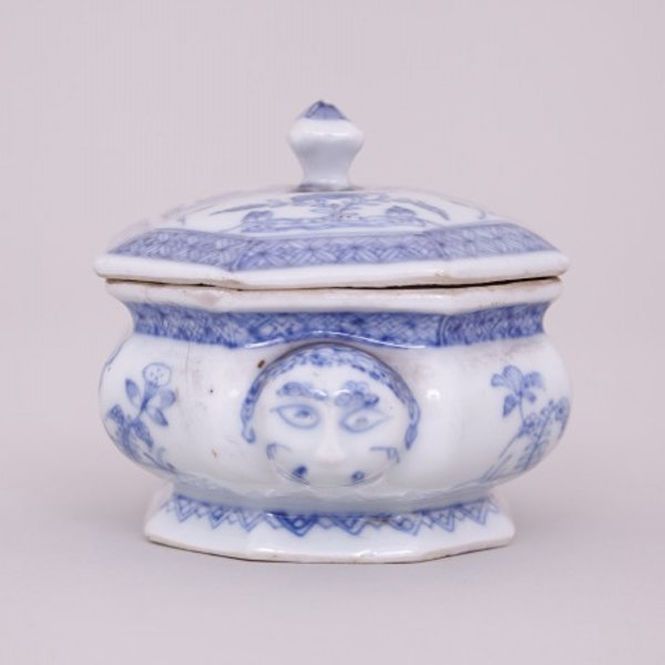 AN UNUSUAL CHINESE BLUE AND WHITE SPICE BOX WITH COVER, KANGXI ( 1662-1722 ) - image 3