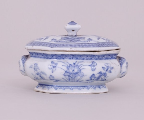 AN UNUSUAL CHINESE BLUE AND WHITE SPICE BOX WITH COVER, KANGXI ( 1662-1722 ) - image 1
