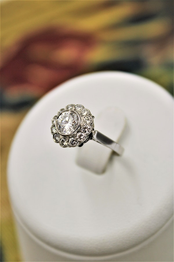A very fine Diamond Cluster Ring set in Platinum, Circa 1950 - image 1