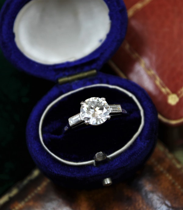 A 1.30ct Diamond Solitaire Ring to Baguette Shoulders mounted in Platinum, Circa 1950 - image 3