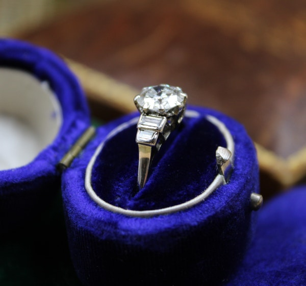A very fine 1.16ct Diamond Solitaire Ring with Stepped Shoulders set in Platinum, English, Circa 1945 - image 2