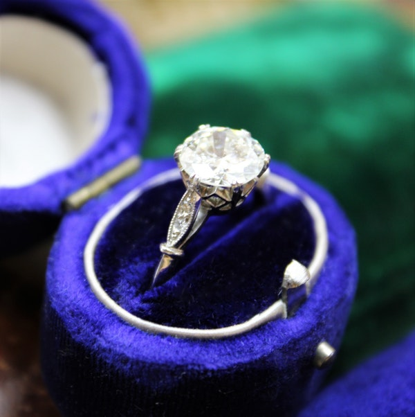 A very fine 1.80 Carat Diamond Solitaire Ring set in Platinum, English, Circa 1920-1930 - image 3