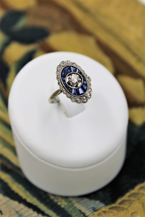 A very fine Art Deco Diamond and Sapphire Floating Ring set in 18ct Yellow Gold & Platinum, French, Circa 1930 - image 1