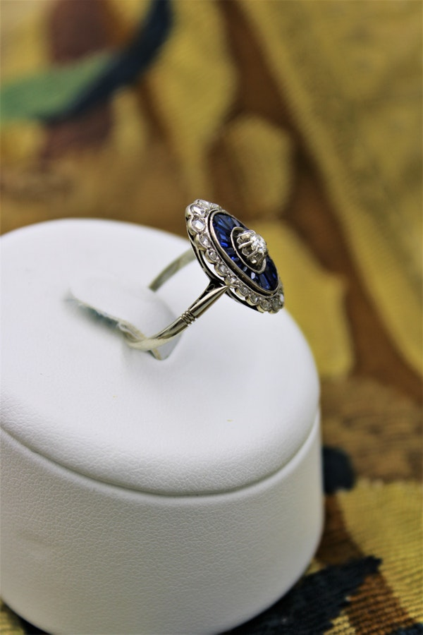 A very fine Art Deco Diamond and Sapphire Floating Ring set in 18ct Yellow Gold & Platinum, French, Circa 1930 - image 2