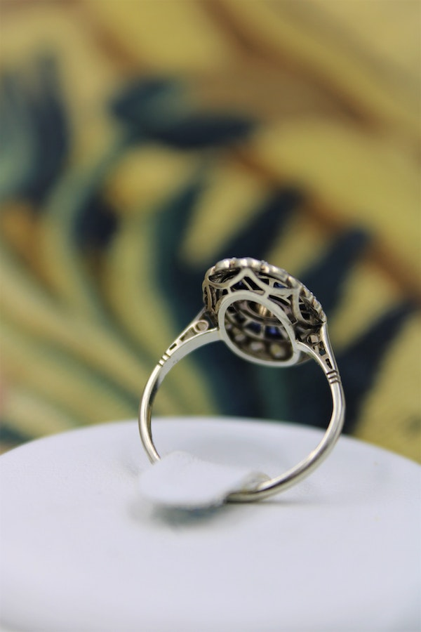 A very fine Art Deco Diamond and Sapphire Floating Ring set in 18ct Yellow Gold & Platinum, French, Circa 1930 - image 3
