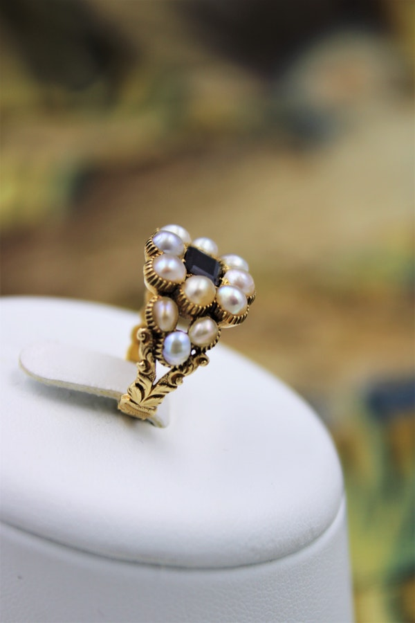 A fine Garnet and Natural Pearl Mourning Ring set in 18ct Yellow Gold, English, Circa 1825 - image 2