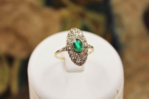A very fine Oval Emerald & Diamond Plaque Ring mounted in 14ct Yellow Gold & Platinum, Continental, Circa 1920 - image 1